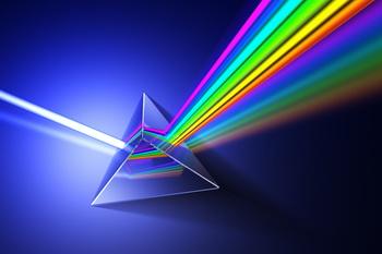 شکست نور توسط منشور و تجزیه آن به رنگ های مختلف